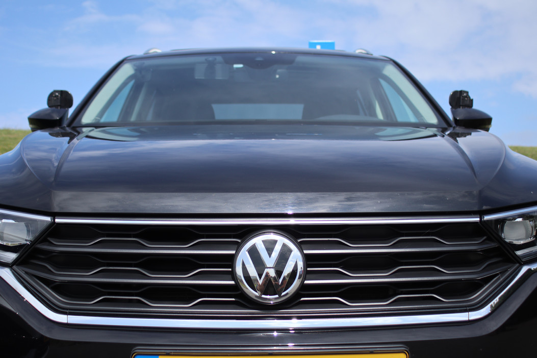 De grill van de Volkswagen T-Roc waarin autorijlessen worden gegeven bij Autorijschool Torenstra