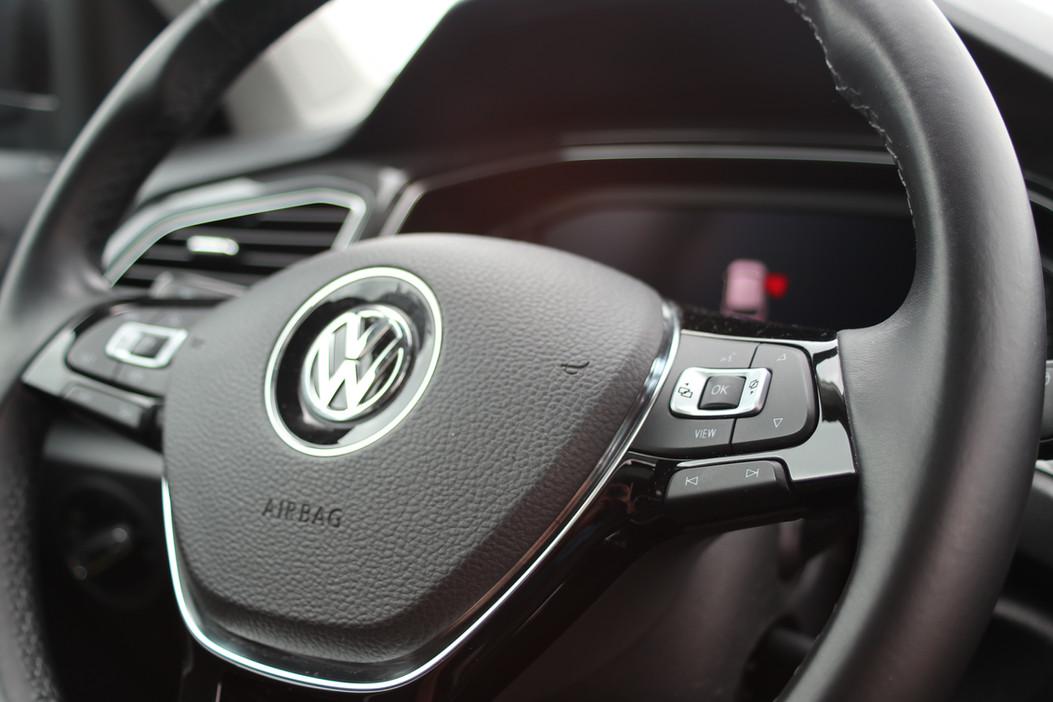 Het stuur van de Volkswagen T-Roc waarin autorijlessen worden gegeven bij Autorijschool Torenstra