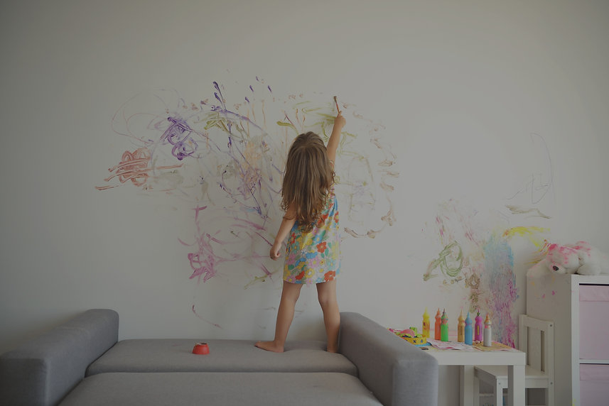 Meisje schildert op de muur