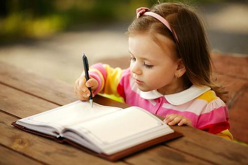 Meisje schrijft in een dagboek