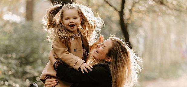 Marissa Morit met een meisje in haar armen in het bos