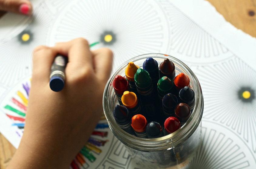 Kind dat met wasco krijt tekent