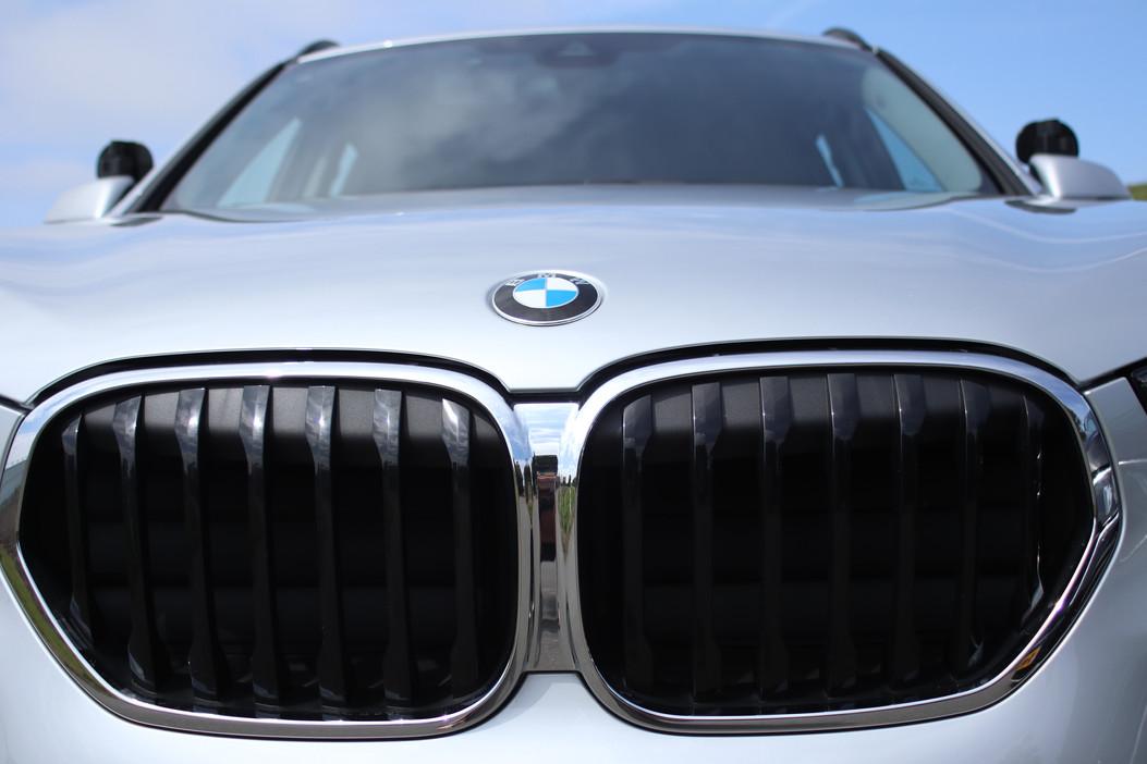 De grill van de BMW X1 waarin autorijlessen worden gegeven bij Autorijschool Torenstra