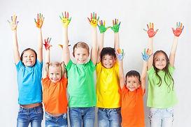 Kinderen laten hun geverfde handen zien zoals bij Jamara rekenen veel gebruikt wordt