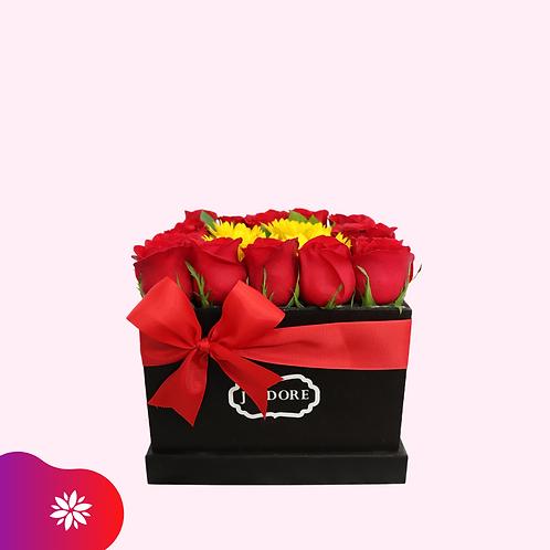 Caja mediana con Rosas y Mini Girasol