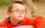 Petit garcon vivant avec la trisomie 21