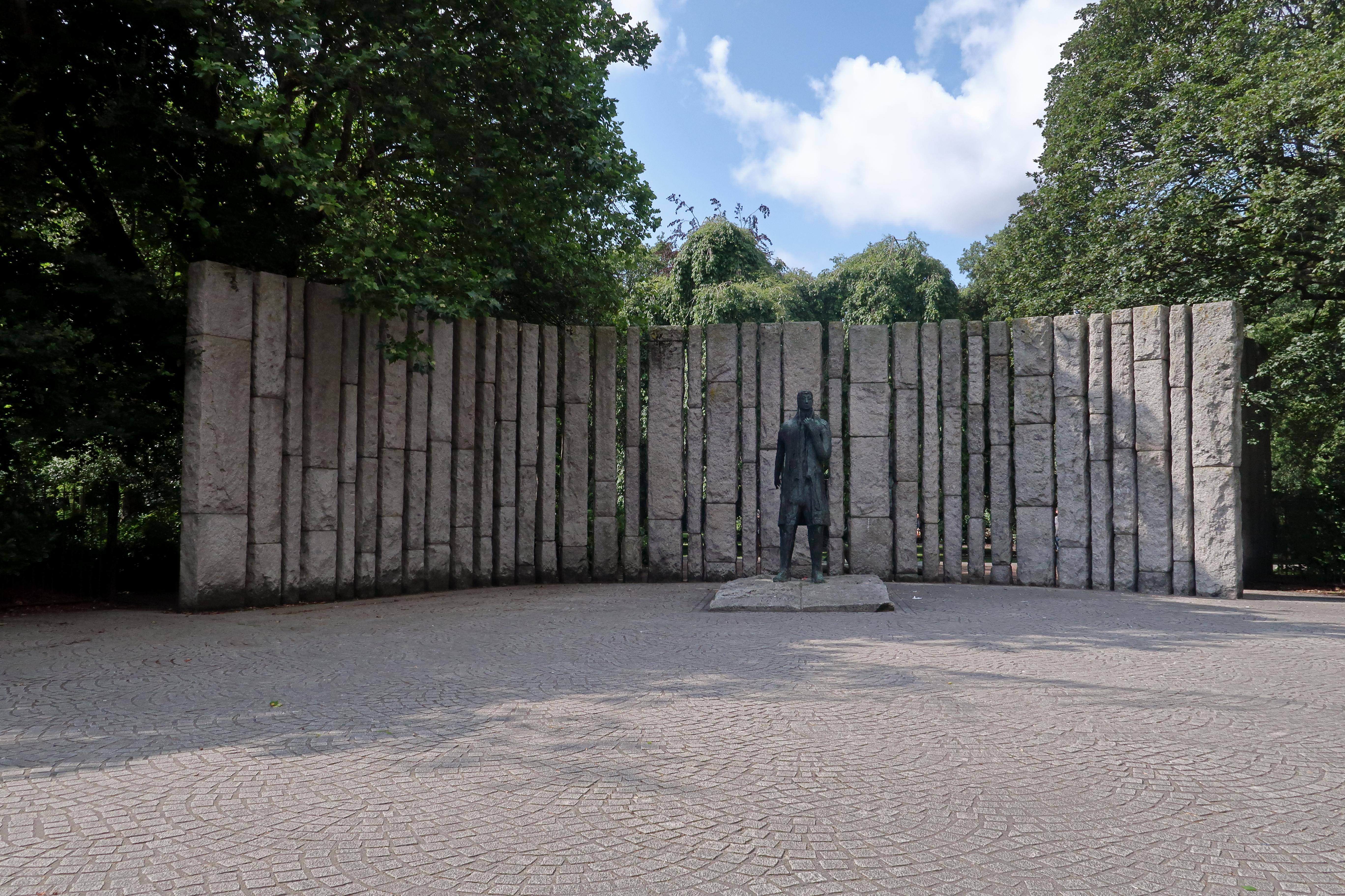 29 Wolfe Tone Statue