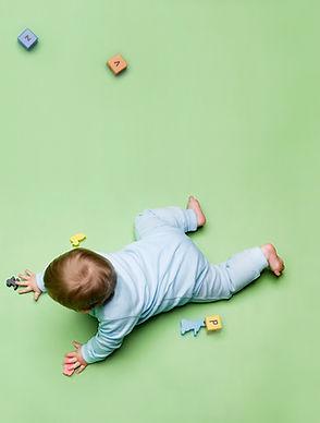 Bebé con los juguetes