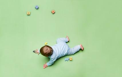 Baby met speelgoed