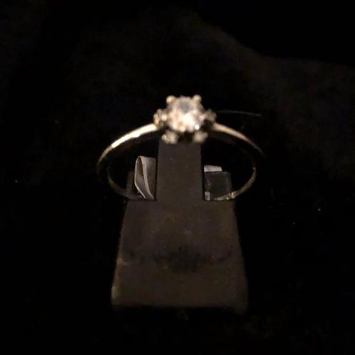 Single stone set ring