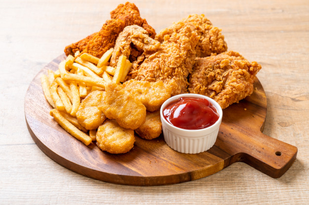 poulet-frit-frites-pepites_1339-71735