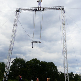 Fearless Jochen juggling on top of the rig.