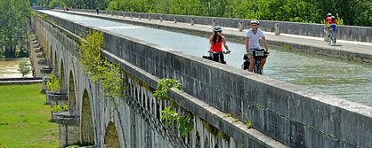velos-pont-canal-agen.jpg
