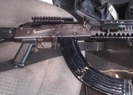DETIENEN EN PÁTZCUARO A UNA PAREJA EN POSESIÓN DE UN FUSIL AK-47 Y UN AUTO ROBADO