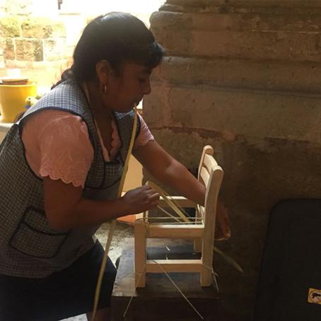Araceli Saucedo reconoce labor de mujeres en la fabricación de sillas artesanales de Opopeo