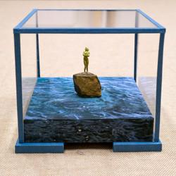 Miniatura en urna de cristal conservación y papel azul
