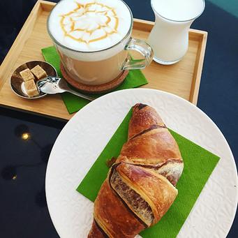 KaffeeWerkstadt Chai Latte mit Croissant