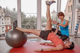 """Funktionelles Training ist die innovative Form von Krafttraining, die Sie spielerisch wieder ins Lot bringt. Dabei """"experimentieren"""" wir immer mit sehr vielen Muskelgruppen in einem Bewegungsablauf, der Ihren natürlichen Bewegungen und Anforderungen entspricht. Das macht einfach Spaß.Durch Ihre neue Kraft sitzen Sie plötzlich wieder aufgerichtet. Es verändert sich die äußere und innere Haltung.  Aus meinem riesigen Übungs-Pool finde ich garantiert auch für Sie die richtige Übung, die Sie gerne machen mögen und mit der Sie deutlich besser werden. Genauso schauen wir, welche Umgebung und welche Geräte Ihnen gefallen. Genial ist, wie Sie sich mit viel Spaß und Phantasie spielerisch herausfordern können. Als Nebeneffekt wird Ihr Kopf frei, wenn Sie mit voller Konzentration Ihren Körper wahrnehmen.  Auch hier haben Sie wieder die Wahl – je nach Zielsetzung:  Entweder trainieren wir ausschließlich Kraft Indoor oder Outdoor, beispielsweise zweimal wöchentlich oder wöchentlich. Oder Sie möchten nur in ein paar Trainings lernen, was Sie für sich tun können und trainieren dann nach einem eigens für Sie erstellten Plan, der Sie wieder in Balance bringt. Häufig kombinieren meine Kunden Lauftrainings und Funktional Trainings – somit ist der Stoffwechsel aktiviert durch aerobes Lauftraining in schönster Landschaft und der Muskelaufbau forciert. Mehr Muskelmasse und die verbesserte Fähigkeit der Fettverbrennung ermöglichen gemeinsam optimal, unliebe Fettdepots abzubauen."""