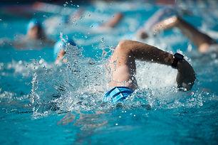 """Sie lieben das Wasser? Haben Sie vielleicht im Schwimmbad schon diese Situation erlebt: Ein Schwimmer neben Ihnen """"liegt"""" scheinbar nur auf dem Wasser, mühelos vom Auftrieb getragen, die Beine laufen wie der Außenbordmotor eines Schiffes, kontinuierlich rasant treiben sie den Schwimmer voran? Locker fliegen die Arme außerhalb des Wassers nach vorne und schieben kraftvoll aber ruhig das Wasser am Körper vorbei, schieben unseren """"Meister"""" Meter um Meter mit Leichtigkeit vorwärts,….während Sie mit gefühlt dreifachem Kraftaufwand nur im Tempo eines Walrosses voran schaufeln – wie gesagt, """"gefühlt"""".  Auch Sie könnten innerhalb einiger Wochen doppelt so leicht und schnell schwimmen, ohne dabei angestrengter zu sein – sportliches Schwimmen ist lernbar!Erfahre das """"Wassergefühl"""", wie Sie scheinbar schwerelos getragen werden, angetrieben mit Ihrer eigenen Kraft! Das ist Energie!  Trainieren Sie gerade auf einen Triathlon? Vielleicht denken Sie mit Schrecken an den Massenstart, bei dem Sie jede Menge Fußtritte und Ellbogen zu spüren bekommen und im Wellengang der anderen halb ertrinken. Wie wäre das, wenn Sie plötzlich im ersten Drittel aus dem Wasser wären, dem Gedränge einfach davon schwimmen? Die richtige Technik spart Kraft, die am Ende des Rennens noch so dringend gebraucht wird."""