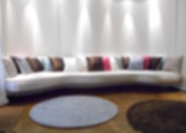 Mobilier Moderne et Contemporain | Charlotte et Claire | Tapissier d'ameublement Nimes | Banquette | Garniture moderne | Tissu tendu | Application de passementeriecâblée et frangeà quilles cousue main | Tissu satin de soie
