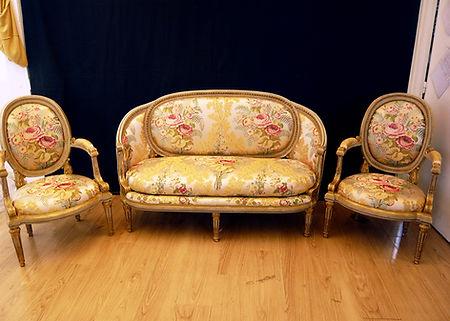 Mobilier de Style | Charlotte et Claire | Tapissier d'ameublement Nimes | Ensemble style Louis XVI l Fauteuils l Garniture fixe à l'ancienne sur châssis en crin végétal Canapé l Garniture fixe à l'ancienneen crin végétal | Coussin en plumes | Tissulampas de soie