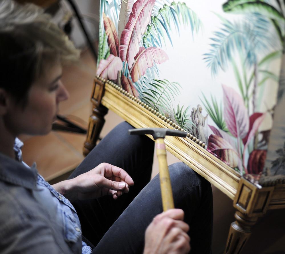 Charlotte et Claire  Artisans tapissiers | Nîmes | Cloutage