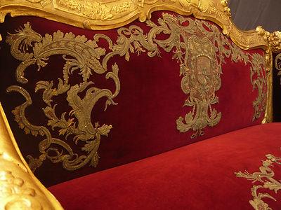 Mobilier de Style | Charlotte et Claire | Tapissier d'ameublement Nimes | Canapé Louis XV Baroque en bois doré d'époque| Garniture à l'ancienne en crin animal | Tissu tendu | Mise en place et application de broderie cousue main provenant d'un étendard | Tissuvelours cotton