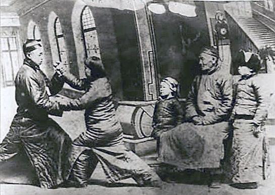 Un maître taoïste Zhengyi utilisant l'épée et la coupe d'eau lustrale lors d'un rituel de présentation d'une requête (songbiao) aux divinités, temple des Nuages blancs (Shanghai). © G. Favraud, 2007.