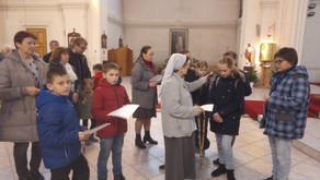 Дети объединяются в молитве