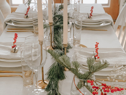 Three simple, natural & elegant holiday tablescapes