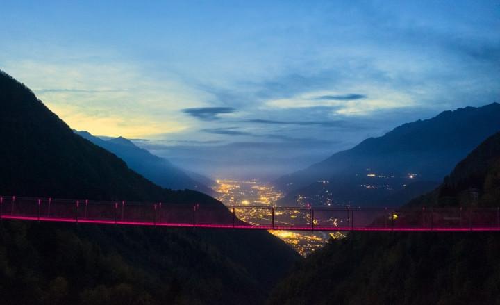 Il ponte sospeso nel cielo della Val Tartano.