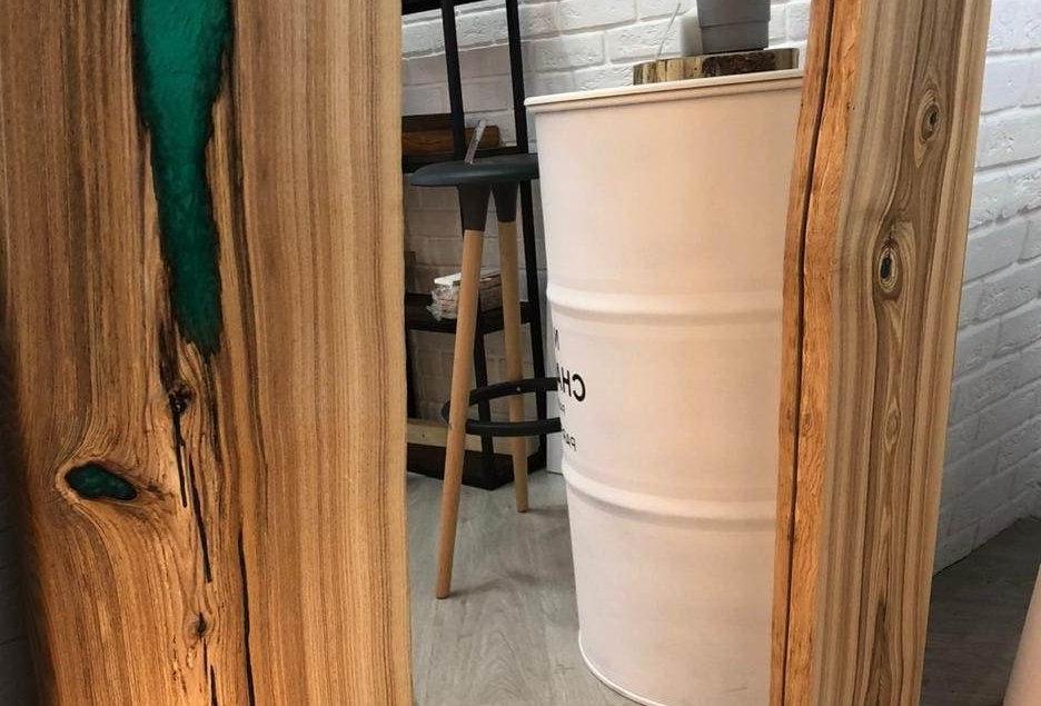 Зеркало в раме из слэба дуба и полимерного стекла