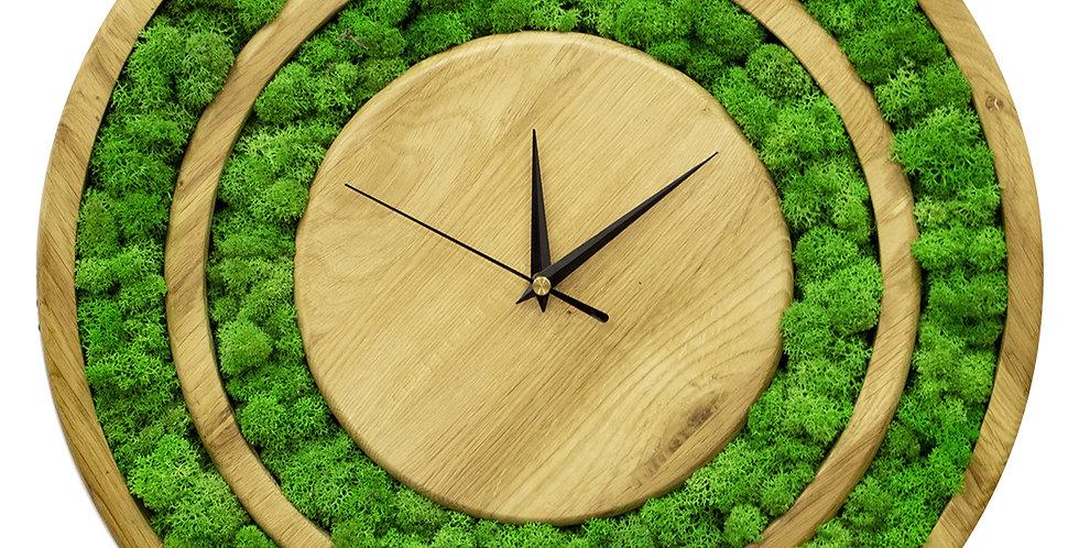 Часы в корпусе из дуба с мхом ягелем