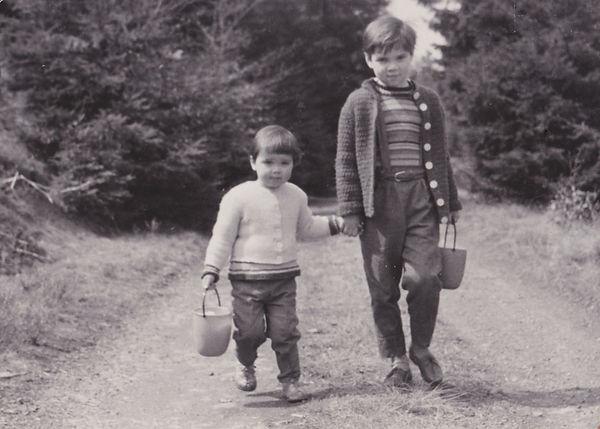 kati naumann mit schwester 1965.jpeg