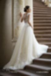 Panna młoda w sukni na schodach