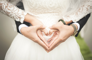 Splecione ręce młodej pary