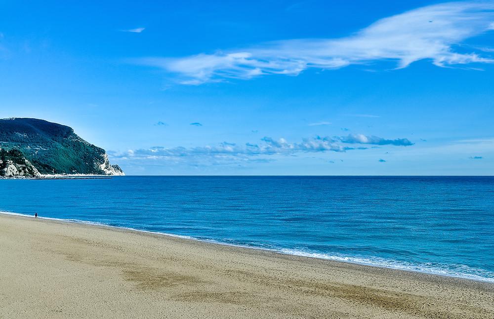 Vista panoramica del Monte Conero da la spiaggia di Marcelli