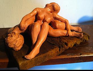 escultura de um casal sobre suporte de madeira - Lassidão