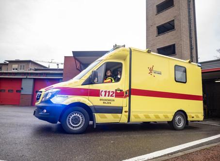 Agressieveling slaat voorruit van ziekenwagen stuk