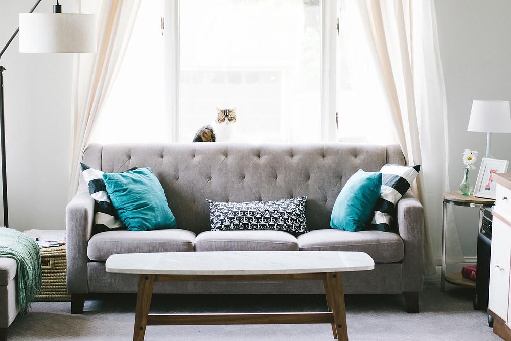 Sofa mit blauen Kissen