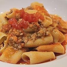 Rigatoni al ragu di carne (Rigatoni with meat ragout)