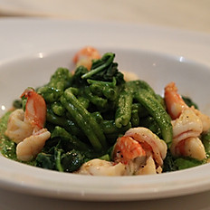 Caserecce con spinaci e gamberi (Caserecce pasta with prawns and spinach)