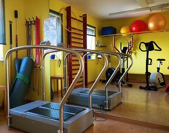DasTherapiegerät für die stochastische Resonanztherpie ist barriefrei in Sommer's Physiotherpie in Niederau zugänglich.