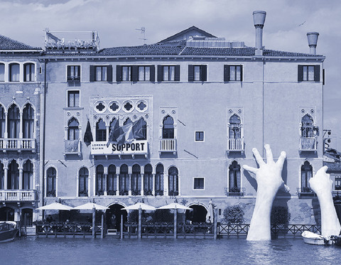 SUPPORT : Monumental Hands Rise from the Water in Venice to Highlight Climate Change