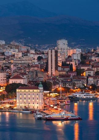 Leuchtende Skyline von Split Kroatien