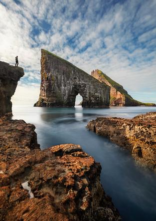 Person vor Felsformationen von Drangarnier, Färöer Inseln
