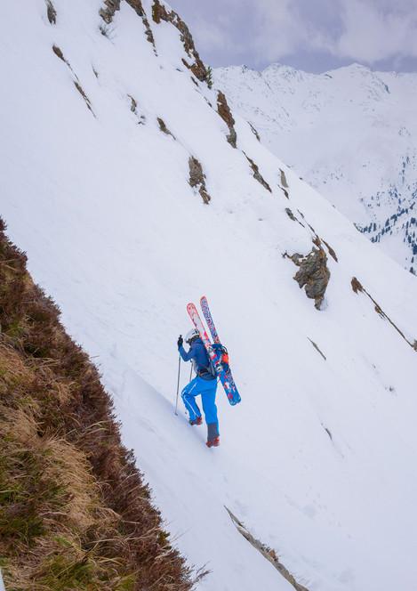 Skitourengeher im steilen Aufstieg