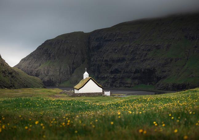Kirche in Blumenwiese in der Bucht von Saksun