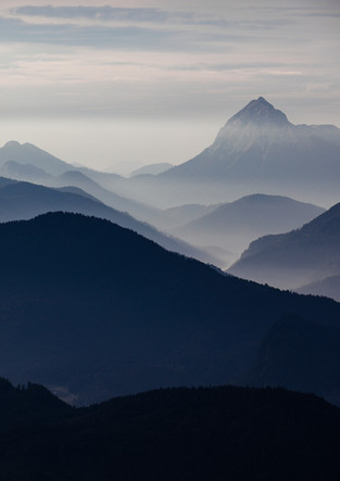 Bergsilhouetten im Morgennebel