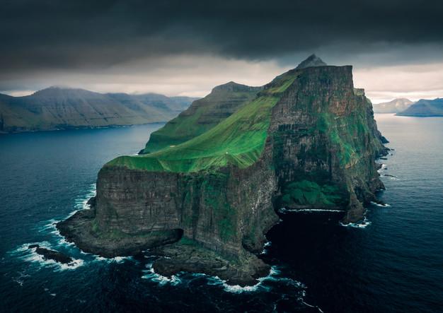 Steile Klippen der Insel Kalsoy, Färöer Inseln